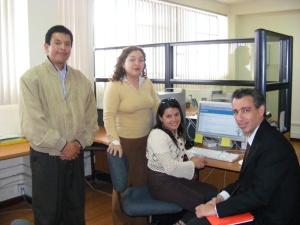 El Dr. Julio Luis Sanguinetti (d), junto a  Catalina Mier, Alexandra González y yo, en la visita al CITTES de Gestión del Conocimiento.
