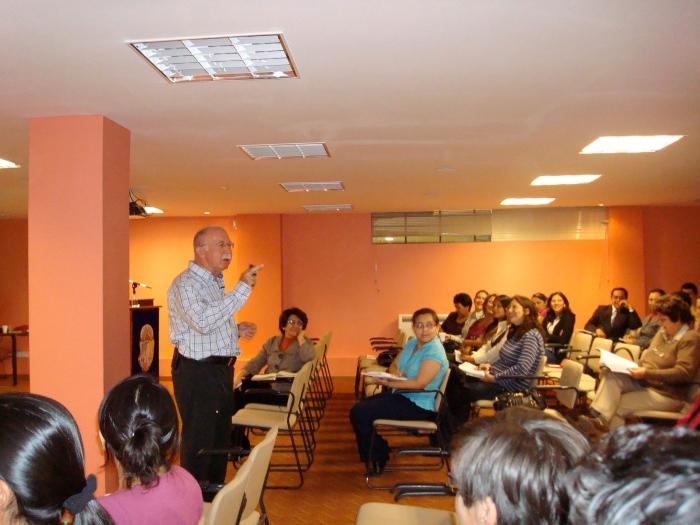 Dr. José María Rodríguez durante su charla a los docentes del Área Socio – Humanística de la UTPL.