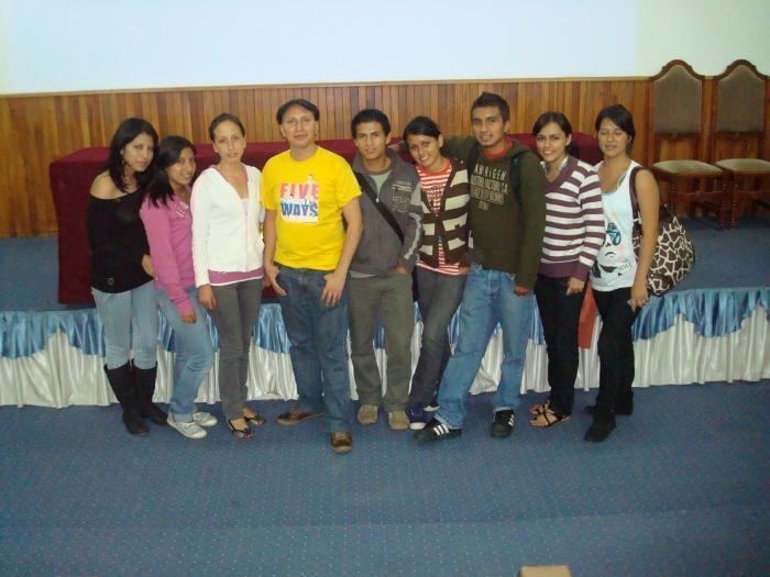 Darío Aguirre junto a estudiantes de la Escuela de Comunicación Social de la UTPL.